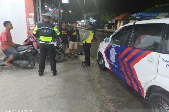 Polisi Bangka Barat bubarkan kumpulan warga nongkrong malam hari