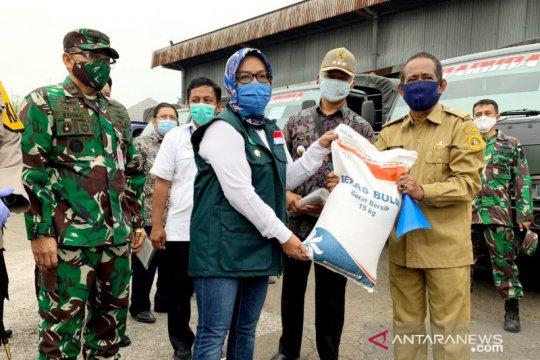Bantuan sosial beras Kabupaten Bogor dibagikan bertahap