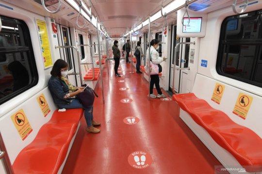 Aturan Social Distancing di kereta bawah tanah di MIlan, Italia
