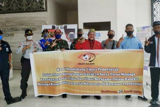 Masyarakat perbatasan beri bantuan APD Satgas Pamtas Rider-641