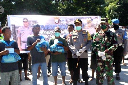 Bantuan sembako untuk masyarakat Maluku Utara dari TNI dan Polri