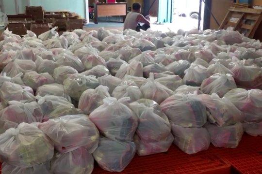Bulog salurkan 2000 paket sembako murah kepada warga Kendari