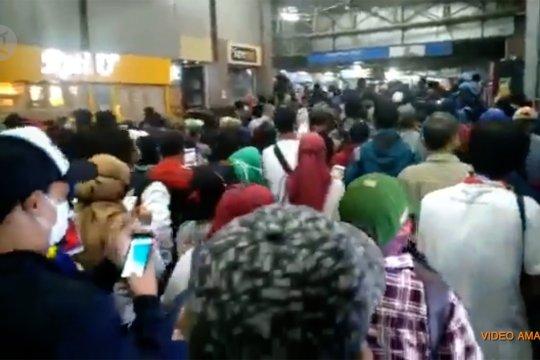 Antrean penumpang KRL Commuterline menumpuk di Bogor
