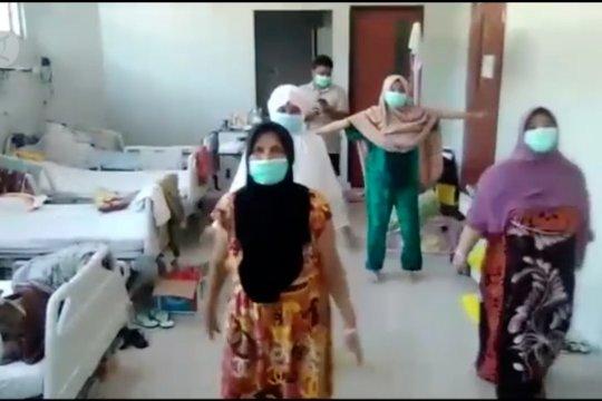 Melihat enam pasien COVID-19 olahraga di ruang isolasi