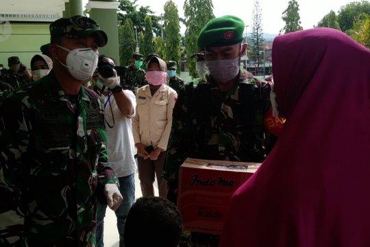 Pangdam Hasanuddin serahkan bantuan APD dan alat rapid test kepada Pemprov Sultra
