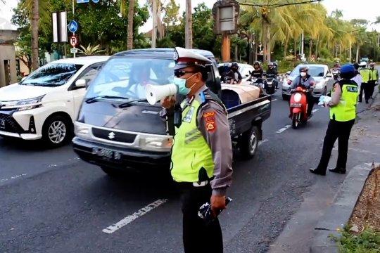 Petugas Polantas Bali bagikan masker kepada pengguna jalan