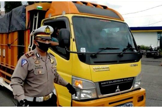 Petugas Satlantas larang kendaraan masuk Bandung tanpa alasan khusus