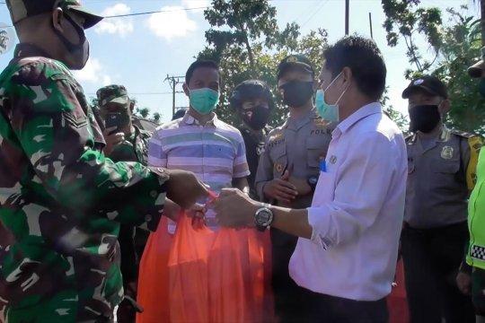 TNI – Polri bagikan 1000 kotak nasi bagi warga Pangkalpinang terdampak COVID-19