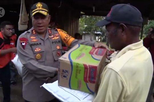 Penyaluran bantuan sembako untuk warga Sentani