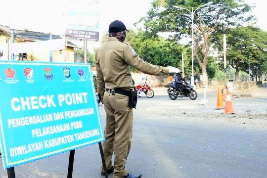 Petugas titik pemeriksaan berikan pengendara arahan