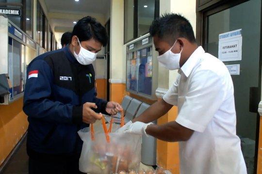 Polije berikan bantuan sembako kepada ratusan mahasiswa batal mudik
