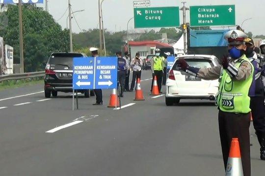 Polisi lakukan penyekatan di tol Bitung