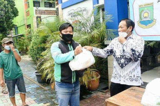 Solidaritas guru SMPN 6 Kota Tangerang berikan paket sembako ke warga