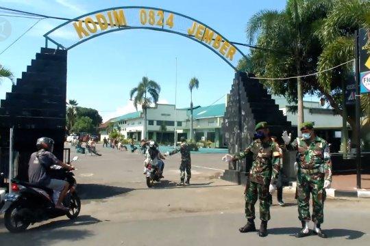 TNI razia dan bagi masker untuk pengguna jalan di Jember
