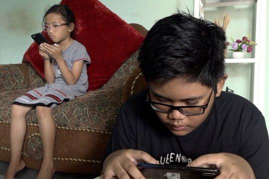Habiskan waktu di rumah saja membaca buku daring melalui aplikasi iPusnas