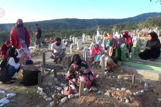 Pemakaman massal korban gempa Palu ramai