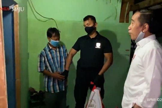 Presiden blusukan malam hari bagikan paket sembako di Bogor