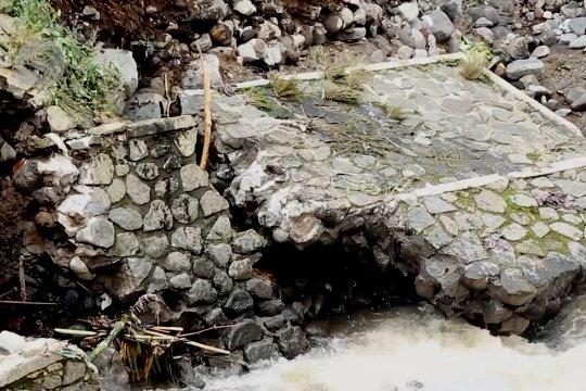 Banjir terjang bantaran Sungai Galeh, 10 rumah ambruk