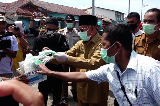 Gubernur Malut salurkan bantuan sembako kepada nelayan