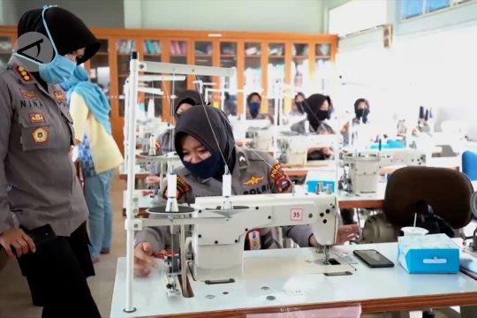 Polwan buat masker selama pelatihan di BLK Padang