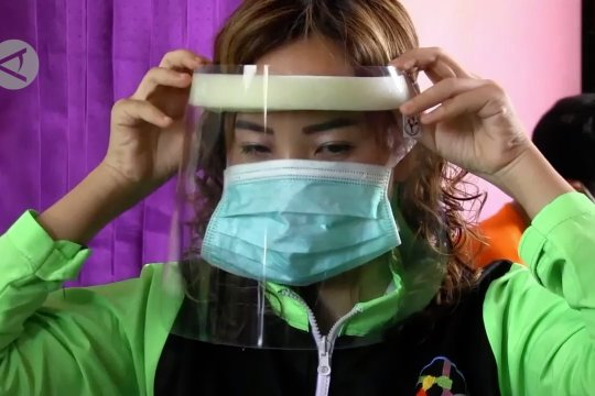 Alat pelindung wajah untuk tim medis karya disabilitas