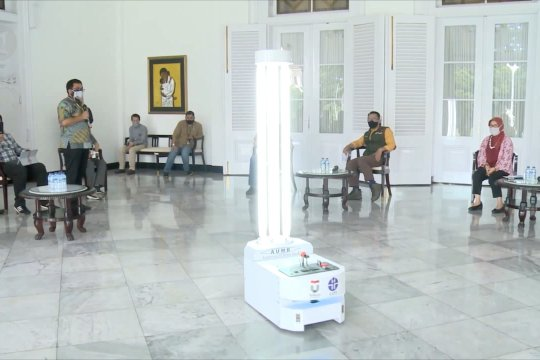 Robot pemberi disinfeksi otomatis karya TEL-U dan LIPI
