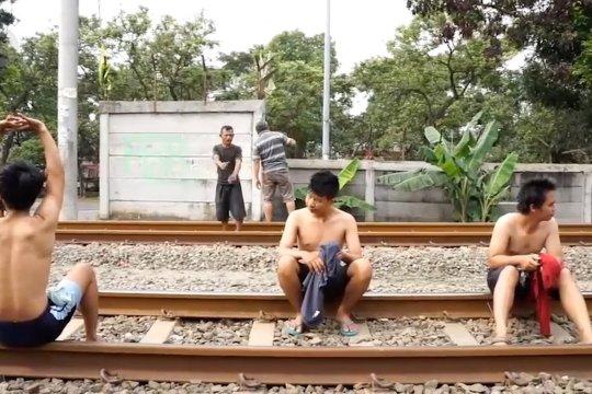 Tingkatkan imunitas tubuh, warga Tangerang berjemur di rel kereta