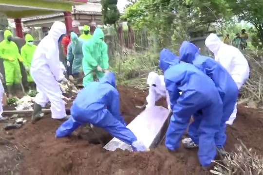 Jenazah dimakamkan sesuai protokol COVID-19 belum tentu positif