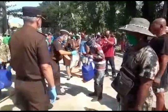 Kejati Bali berikan sembako kepada warga sekitar TPA Suwung