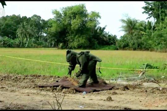 Personel Brimob batalyon B evakuasi bom aktif sisa konflik Aceh