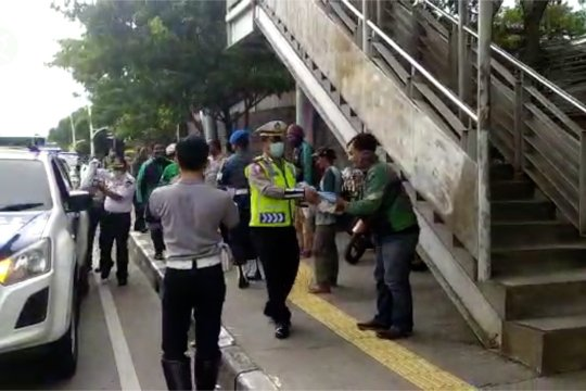 Petugas gabungan di Jakarta Utara bagikan beras bantuan presiden