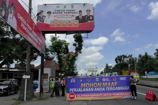 Petugas lakukan pemeriksaan di pintu masuk Kabupaten Malang