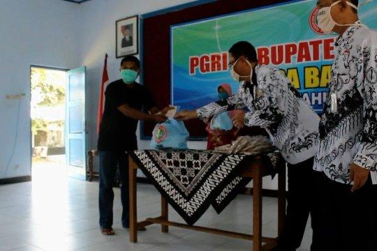 PGRI Purworejo bagikan paket sembako kepada tukang becak