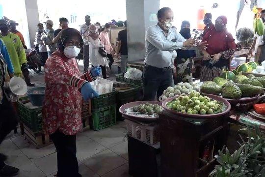 Tri Rismaharini sosialisasi PSBB di Pasar Genteng Baru Surabaya
