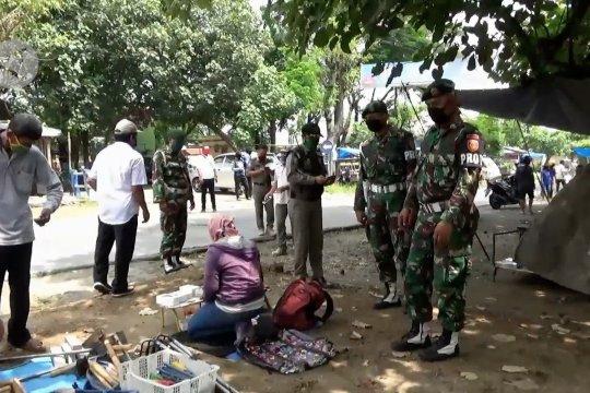 Di Ngawi, petugas bubarkan pasar dadakan di pinggir jalan