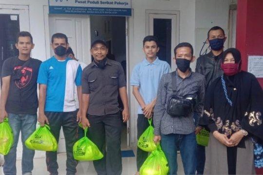 """Peringati """"May Day"""", Aliansi Buruh Aceh bagi sembako pekerja kena PHK"""