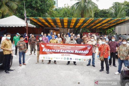 Hari Buruh - Ormas di Malaysia berbagi sembako ke PMI