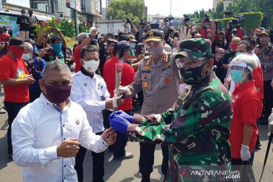 TNI-Polri bagikan bahan kebutuhan pokok untuk buruh