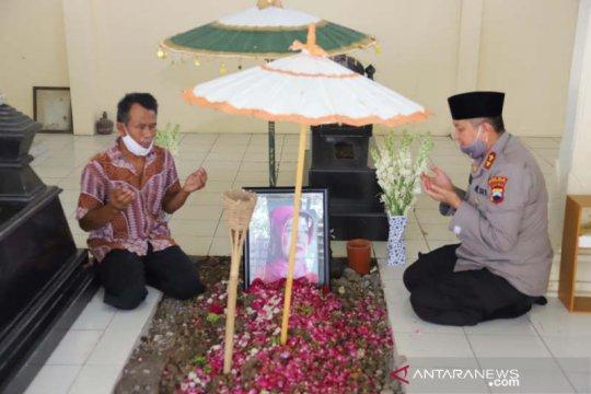Ditunjuk jadi Kabaintelkam, Kapolda Jateng ziarah ke makam ibu Jokowi