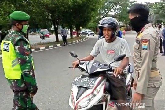Petugas karantina 13 pengendara motor tak bermasker di Palembang