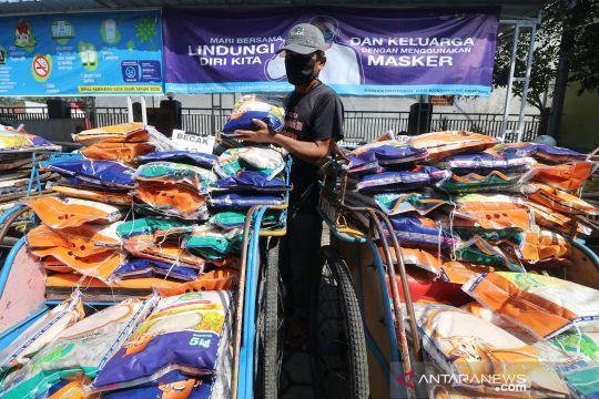 Tukang becak bantu distribusi bansos untuk warga terdampak COVID-19