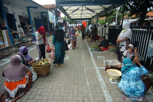Penerapan jaga jarak pedagang pasar