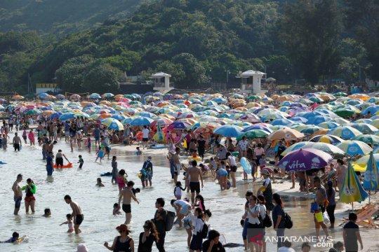 Tidak ada kasus baru COVID-19 di Hongkong, warga berlibur di pantai