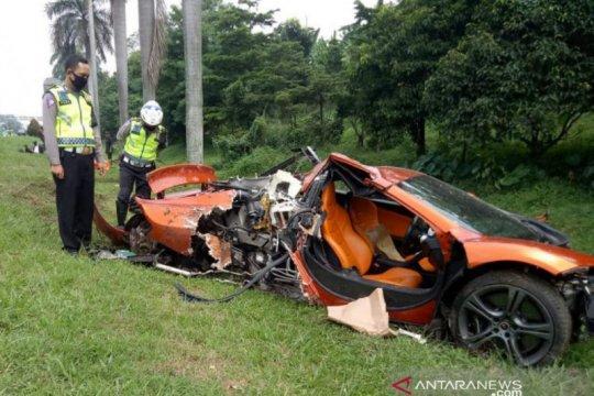 Pengemudi mobil mewah kecelakaan dievakuasi ke RS Siloam Bogor