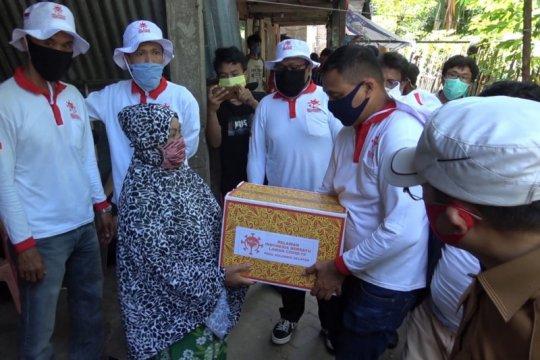 Relawan COVID-19 Sandiaga Uno bagikan sembako dan masker di Makassar