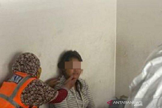 Anggota Polsek Pekanbaru bantu ibu melahirkan di emperan toko