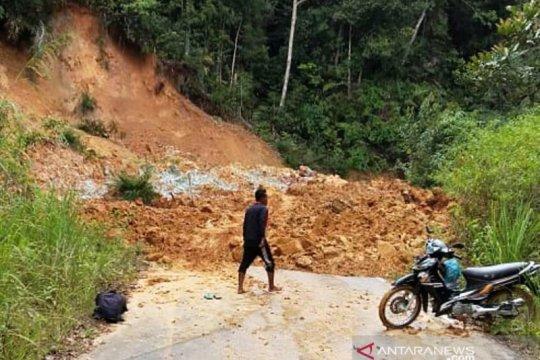 Lintas Aceh Barat-Pidie tertimbun longsor, Pemkab upayakan pembersihan