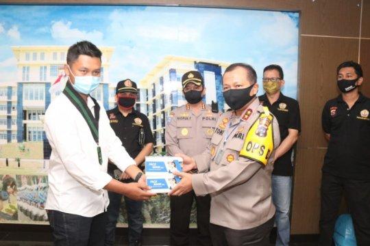 Polda Sumbar salurkan bantuan ribuan masker kepada warga melalui HMI