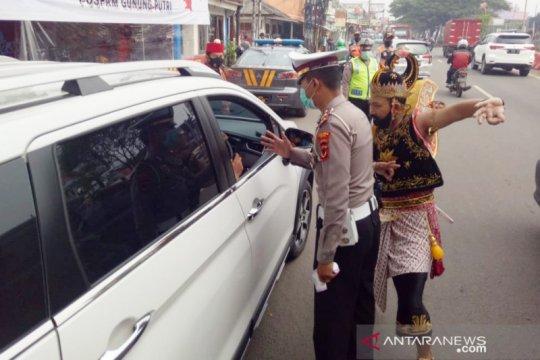 Polres Bogor terjunkan polisi berkostum Gatotkaca awasi PSBB