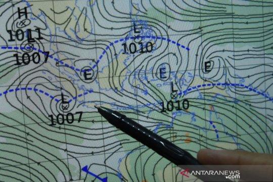 Intrusi udara kering dari utara Bumi picu hujan lebat